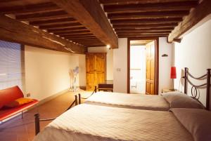 Camera superiore con letti separati e bagno con vasca